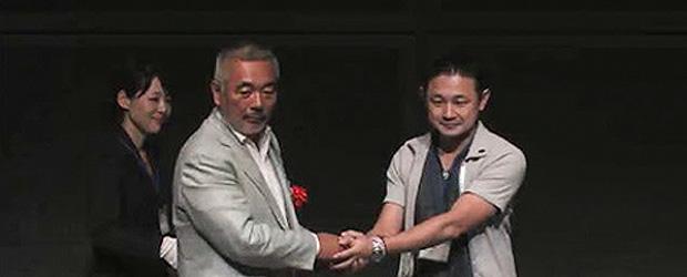 Recebendo o Prêmio pelo voto popular no ADAs Party 2011